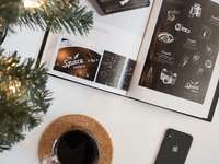 zdjęcie kosmicznej szarości iPhone'a 8 obok szkła i broszury