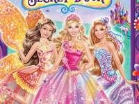 """Barbie und die Geheimtür - """"Es ist das ultimative Märchenmusical! Barbie spielt Alexa, eine schüchterne Prinzessin, die"""