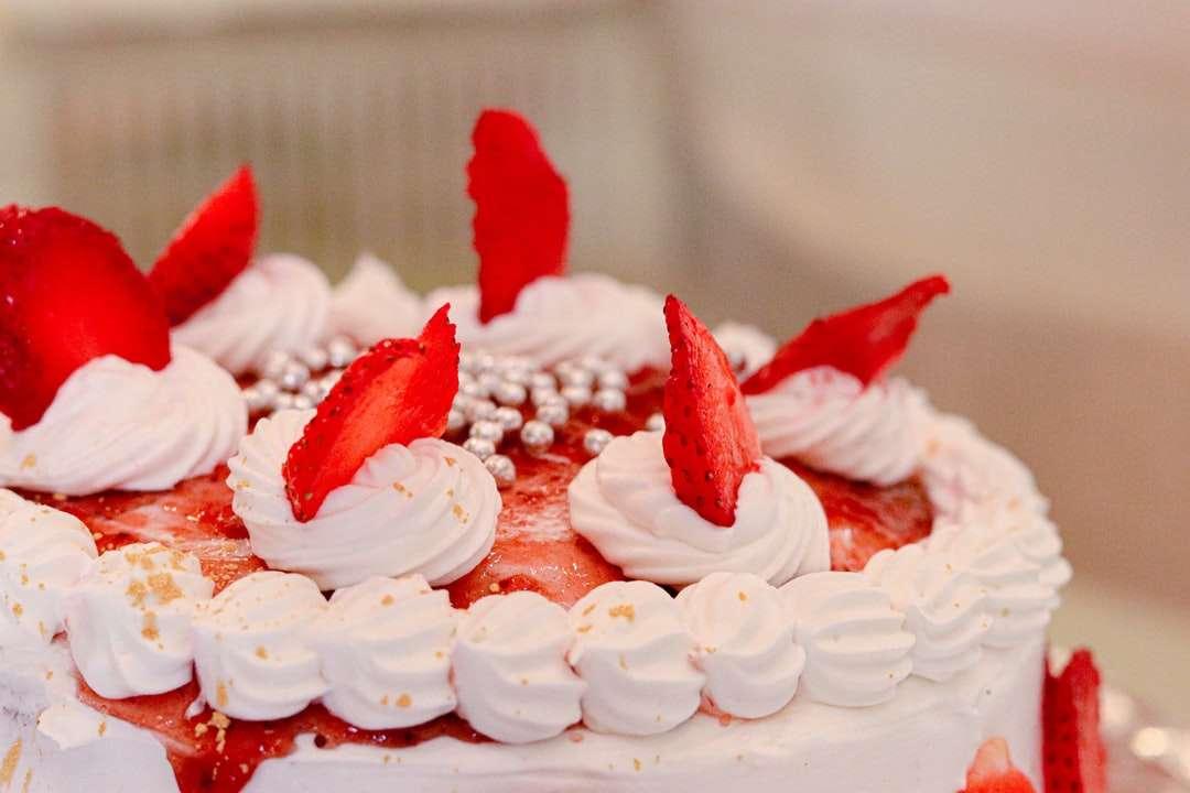 επιλεκτική φωτογραφία εστίασης - επιλεκτική εστίαση φωτογραφίας λευκού και κόκκινου κέικ με γλάσο (3×2)