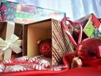 piros csecsebecse dobozával - Karácsony. Reynosa, Mexikó