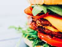 burger z pomidorem i sałatą