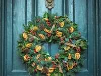 fotografie de coroană de ușă verde montată în ușă de lemn verde