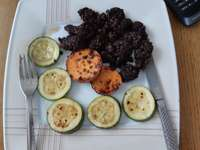 fekete puding egy tányéron