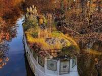 barca abbandonata - in un fiume europeo non identificato
