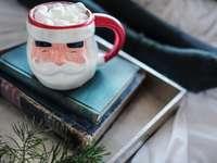 cană ceramică albă și roșie pe cărți - Crăciunul nu este Crăciun până nu ai avut puțină cacao fierbinte, iar această cană face ca s
