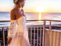 Fernweh mit toller Aussicht - Frau schaut in die Ferne auf das Meer