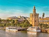 Sevilla-torony a folyón és a hajók