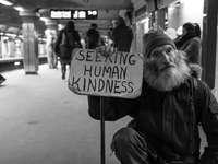мъж, държащ карта с търсене на текст за човешка доброта