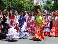 Malaga folkfestival vrouwen in flamenco-jurken