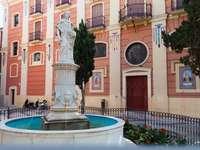 Fontana di Malaga Plaza con statua - Fontana di Malaga Plaza con statua