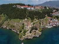 vue aérienne des maisons sur la montagne - Ohrid, Macédoine du Nord