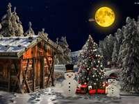 Коледна елха със снежни човеци в двора