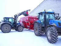 New Holland avec un wagon d'alimentation
