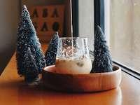 fenyőfa miniatűr dekorációval - A karácsonyi hangulat megszerzése egy esős napon a város kávézójában. Indonézia