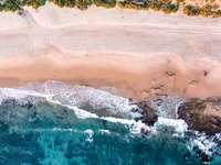 снимка на плаж от ден през деня - Тряскащи се вълни на плажа.