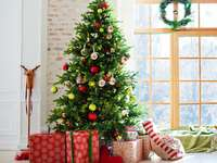 Julgran med gåvor i vardagsrummet