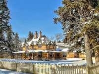 Maison couverte de neige et clôture