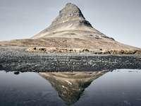 šedá skalní hora - Kirkjufell, poloostrov Snaefellsnes. Kirkjufell, poloostrov Snaefellsnes, Island