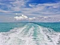 син океан под синьо и бяло облачно небе през деня - Сиануквил от ферибот, Камбоджа. Сиануквил, Камбоджа