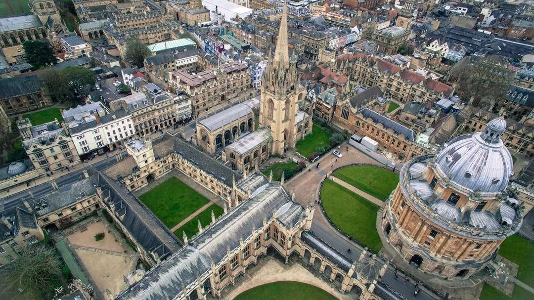 Vogelperspektive Fotografie des grauen gotischen Gebäudes