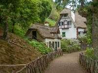 casa con techo de paja en el bosque - m ........................