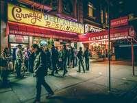 emberek a Carnegie Delicatessen étterem előtt - Forgalmas New York-i étterem. New York, Egyesült Államok