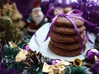vrásky s fialovou stuhou na bílý keramický talíř