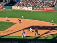 mężczyźni grający w baseball