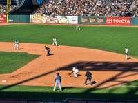 mannen spelen honkbal