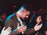 modlący się mężczyzna - Widzę w tak niesamowitej pracy, jaką Bóg wykonuje, aby dotknąć każdego mężczyzny i kobiety B