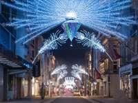 сини и бели струнни светлини на улицата