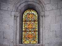 gult och grönt glasfönster - Målat glassfönster i en kyrka i Jerusalem.