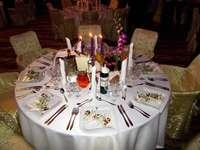 uma mesa posta para o jantar - m .....................