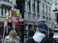 grunt fokusfoto av protesterande människor