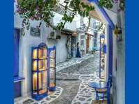 STRAAT IN GRIEKENLAND - BLAUWE STRAAT IN GRIEKENLAND
