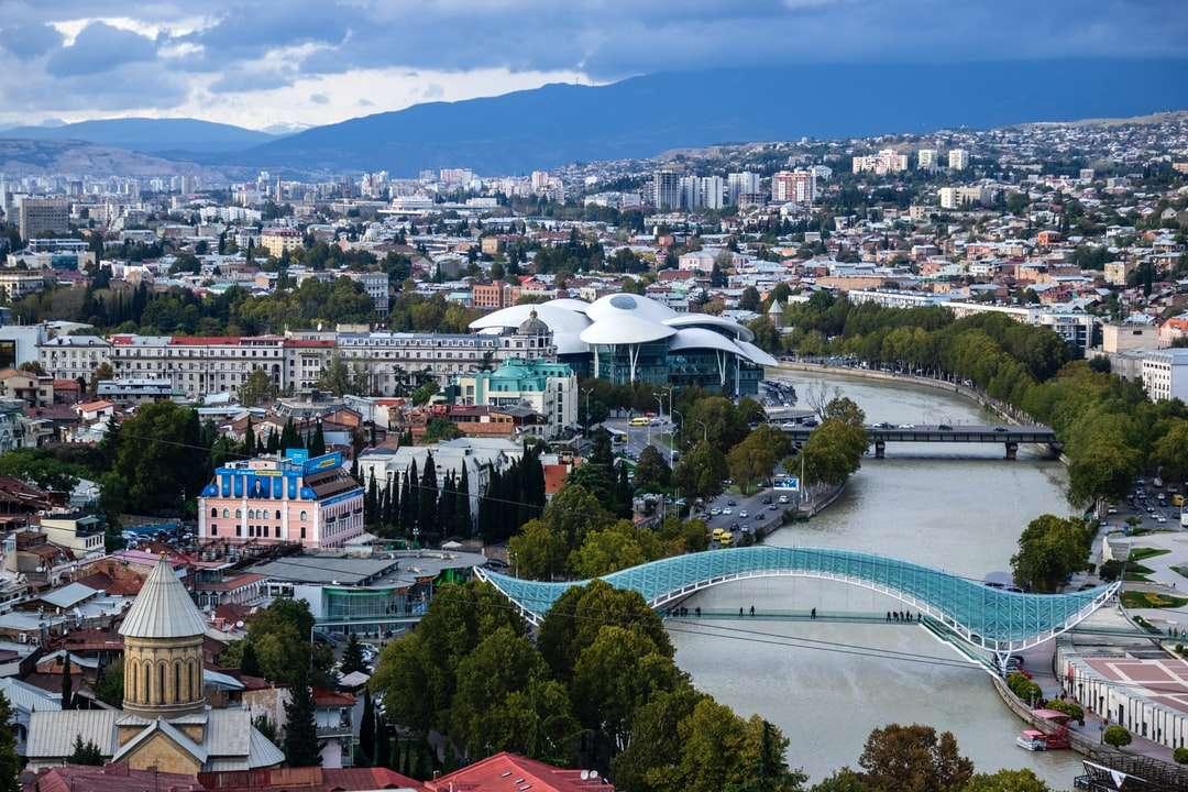 Luftaufnahmen von Gebäuden - Tiflis ist eine Stadt der Kontraste: Sie ist seit Jahrhunderten ein Treffpunkt zwischen östlichen und westlichen Zivilisationen und ist bis heute einer. Tiflis wurde am Flussufer der Kura (Mtkvari, a (10×7)