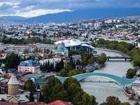 fotografia aerea di edifici - Tbilisi è una città di contrasti: un punto d'incontro tra civiltà orientale e occidentale pe