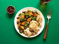 gekookt voedsel op plaat - Knoflook Aioli Kippenvleugels + Geglazuurde Yams.