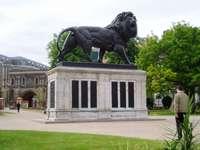 Lendo ... - Reading (pronuncia-se / ˈrɛdɪŋ /) - uma cidade na Grã-Bretanha (Inglaterra), antigo centro admi