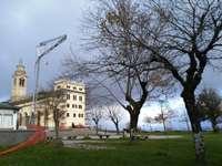 Sanktuarium Matki Bożej Straży - Sanktuarium Straży Genui, widziane z trawnika