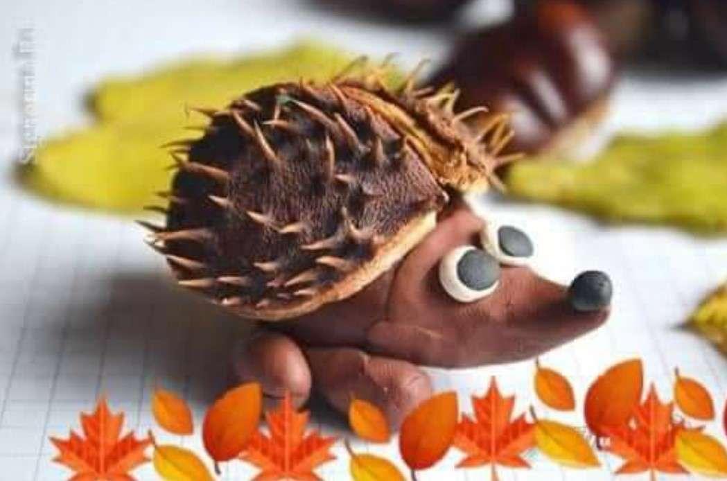 El erizo alegre - Esta imagen muestra un erizo hecho de plastilina y castañas (3×2)