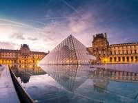 POLYEDROS - Inaugurada em março de 1989 no pátio Napoleão, a icônica obra representou um design vanguardista