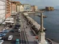 coloana spartă în memoria celor căzuți peste bord - Napoli Italia Piazza Vittoria