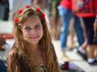 fille souriante avec coiffe de fleur rouge - Place principale de Sagua la Grande, Sagua la Grande, Cuba