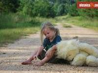 holčička s plyšovým medvědem