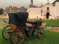 стара карета Пулия Италия - пред малка църква сред Трули Апулия Италия