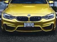 Χρυσό αυτοκίνητο πολύ γρήγορα