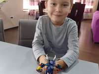 Luke et le dinosaure - Luke a construit un dinosaure avec une assiette.