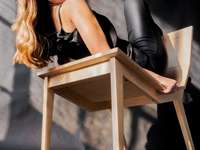 mulher de sutiã preto e legging preta - mulher de sutiã preto e legging preta, sentada no assento de madeira marrom. @gainingvisuals mulher