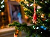 röd Santa Claus småsak - Jultomten i trädet. London, Storbritannien